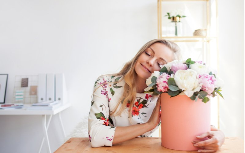 Žena s kyticou kvetov