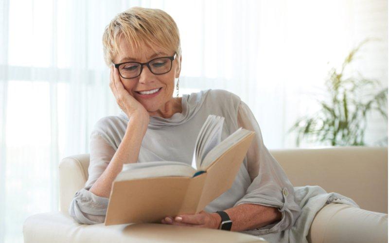 Žena číta knihu na pohovke