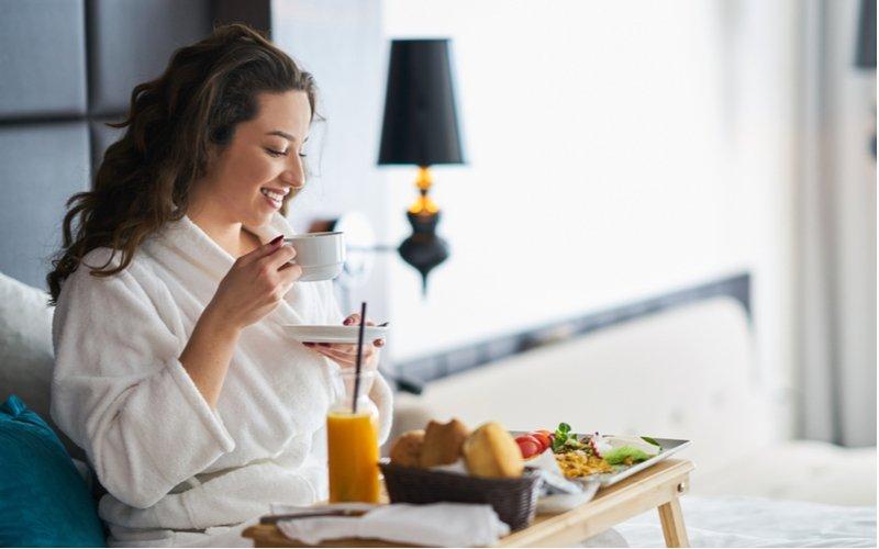 Žena raňajkuje v posteli