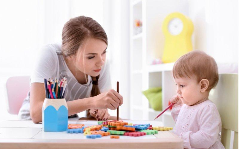 Mladá žena sa hrá s dieťaťom