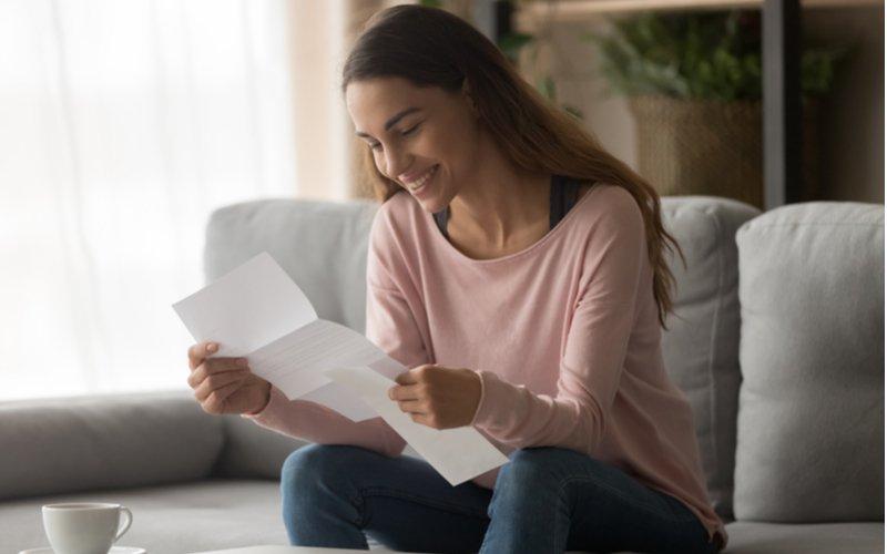 Mladá žena číta list