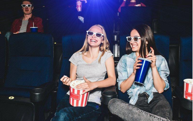 Dve mladé ženy s pukancami v kine