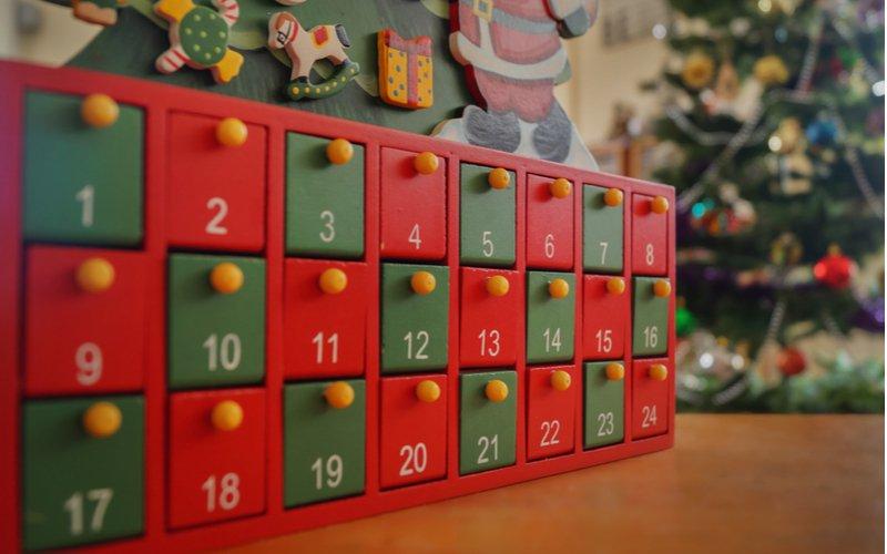 Červené a zelené okienka adventného kalendára