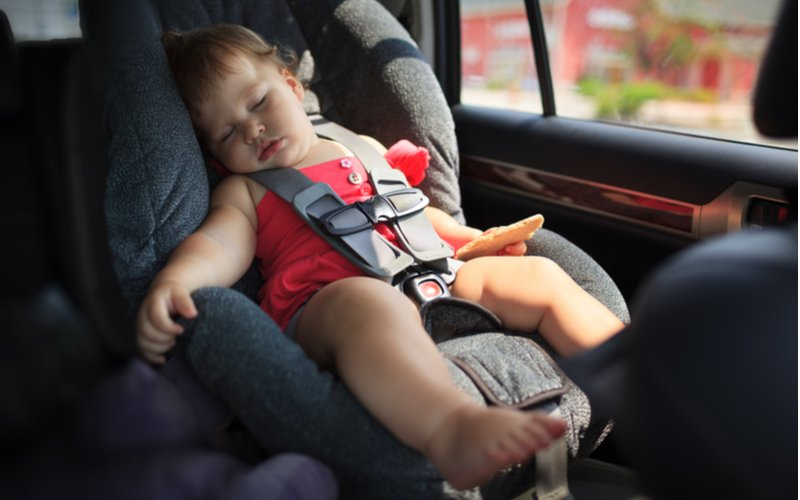 Autosedačka musí byť pre dieťa bezpečná a komfortná - spiace dieťa v autosedačke