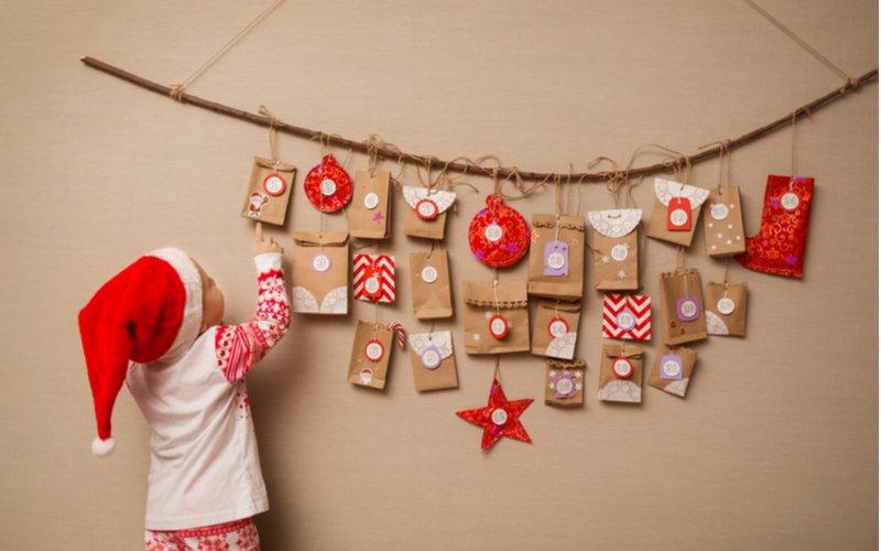 Dieťa pri adventnom kalendári