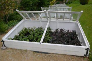 Biele drevené otvorené parenisko v záhrade