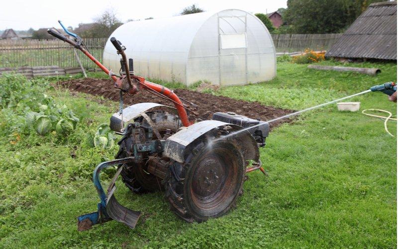 Dvojkolesový malotraktor v záhrade