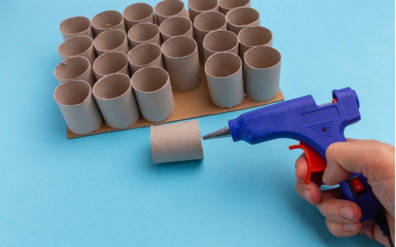 Lepenie papierových roliek tavnou pištoľou