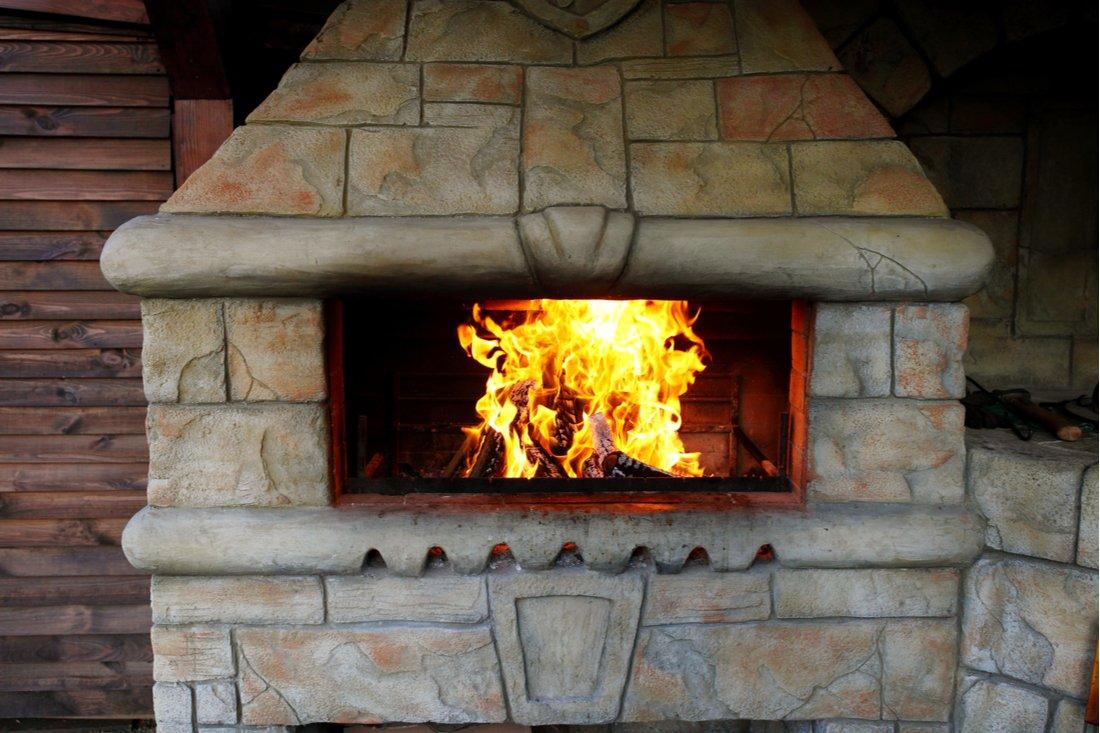 Oheň v murovanom krbe