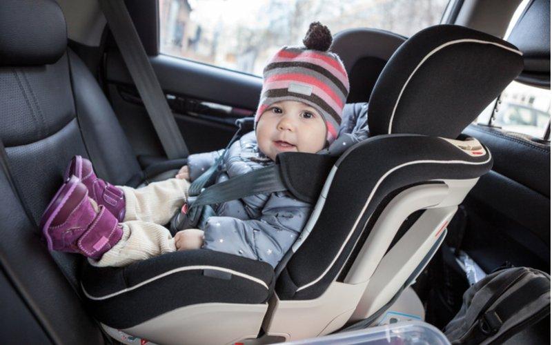 Dieťa v autosedačke umiestnenej v protismere jazdy