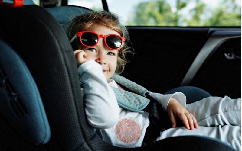 Autosedačky od 9 do 36 kg - dieťa s okuliarmi usadené v aute