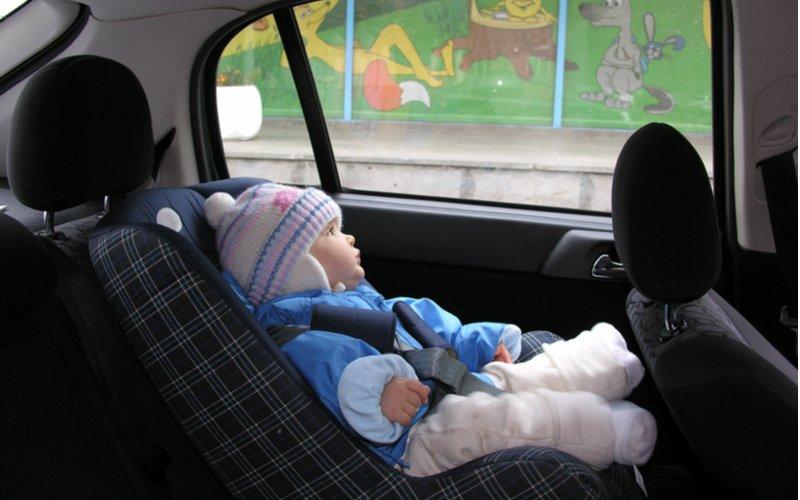 Dieťa v zimnej bunde sedí v autosedačke