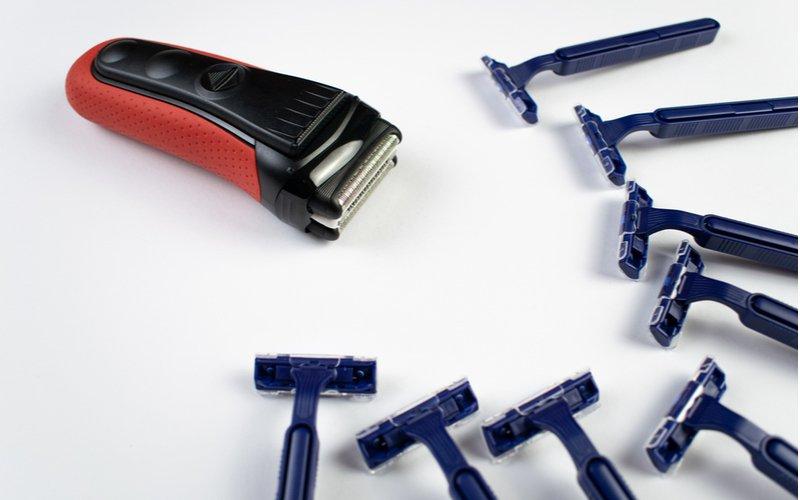 Červený elektrický holiaci strojček a modré žiletky