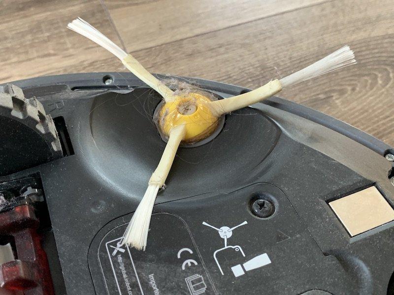 Nečistoty zachytené na kefke vysávača iRobot Roomba 976