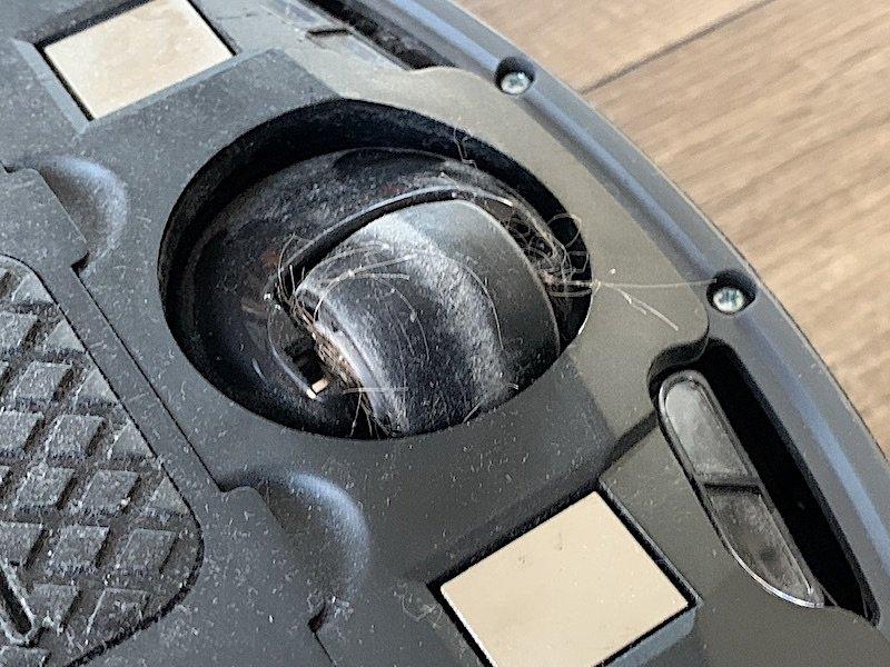 Nečistoty zachytené na koliesku vysávača iRobot Roomba 976