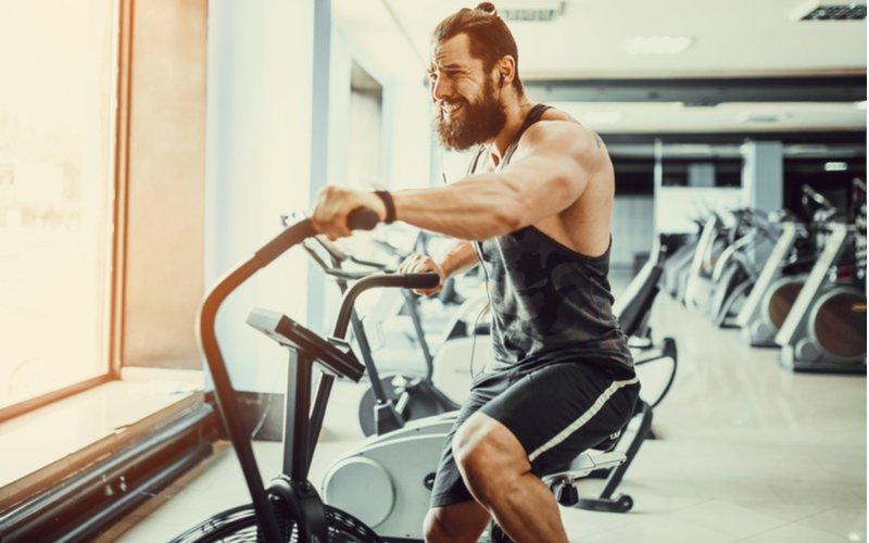 Muž cvičí na Air biku