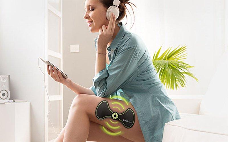 Žena počúva hudbu a regeneruje svaly