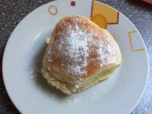 Tvarohová buchta posypaná cukrom na tanieri