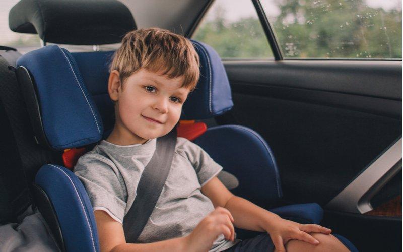 Chlapec sediaci v autosedačke