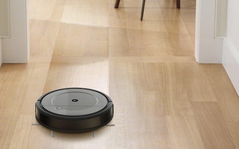 Robotický vysávač na podlahe