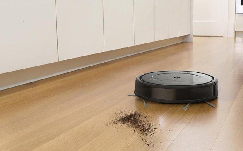 Robotický vysávač vysáva špinu na zemi