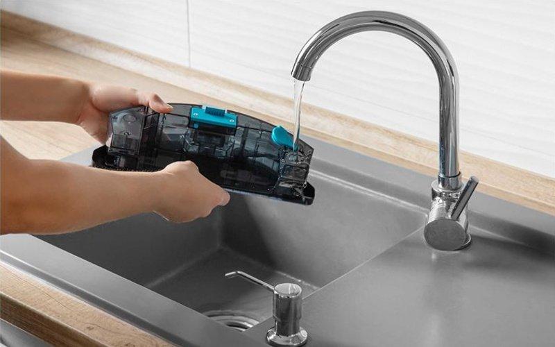 Umývanie vysávača pod tečúcou vodou