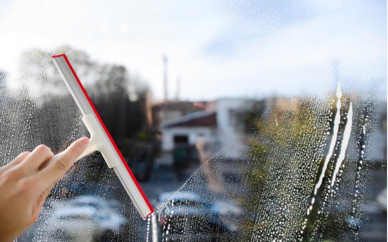 Biela ručná stierka na umývanie okien