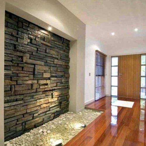 Chodba v dome s obkladom na stene
