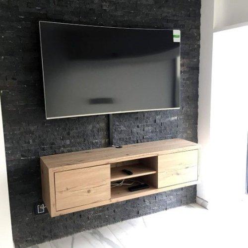 Čierny obklad na stene za televízorom