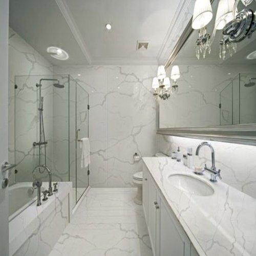 Moderná kúpeľňa v mramorovom štýle