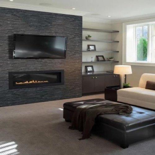 Obývačka v čiernym obkladom na stene