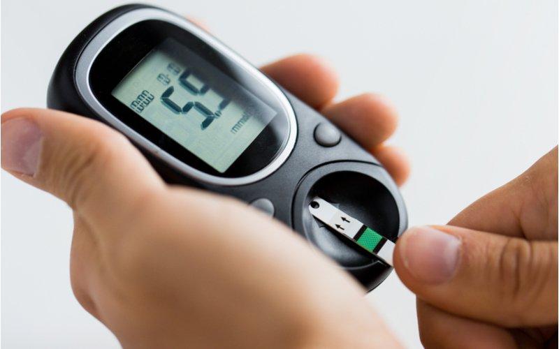 Použitie testovacieho prúžku v glukomeri