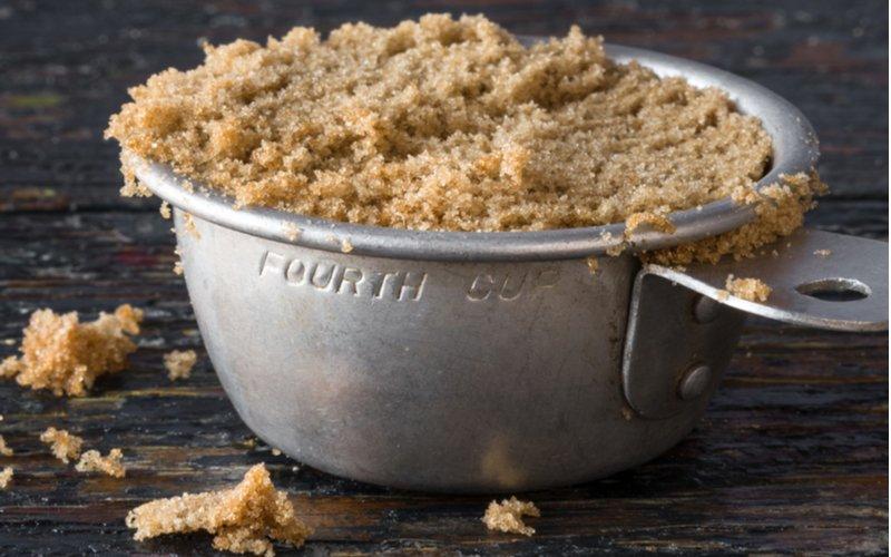 Váženie bez váhy - hnedý cukor v odmerke