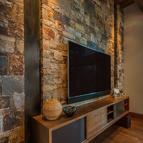 Televízor na stene v obývačke