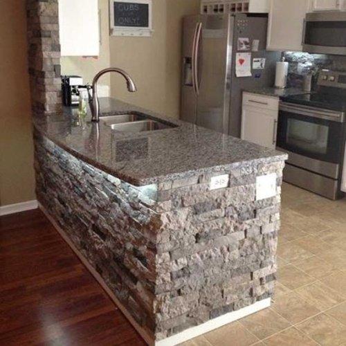 Kuchynský ostrovček s kamenným obkladom