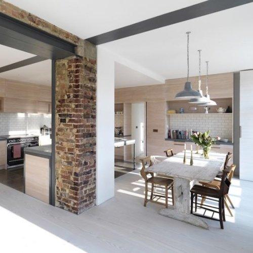 Kuchyňa, jedáleň a kamenný obklad na stene