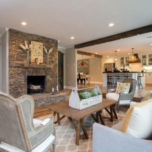 Obývačka spojená s kuchyňou a krb s kamenným obkladom