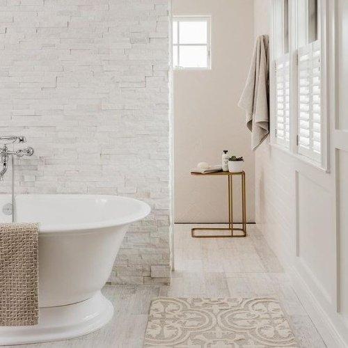 Toaleta s bielym obkladom na stene