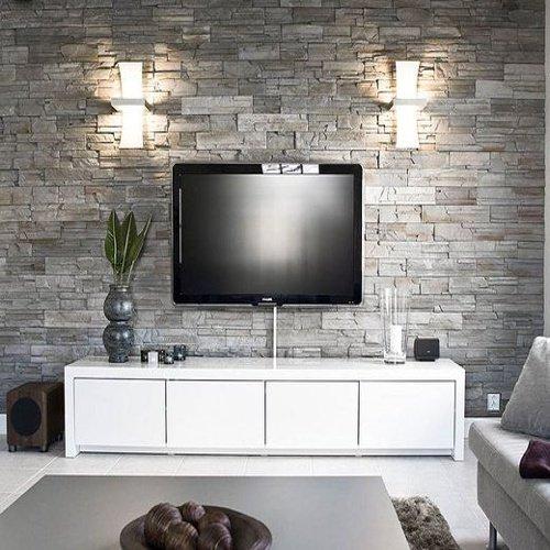 Obývačka s bielymi skrinkami a televízorom