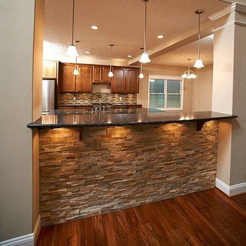 Osvetlená kuchyňa s obkladom