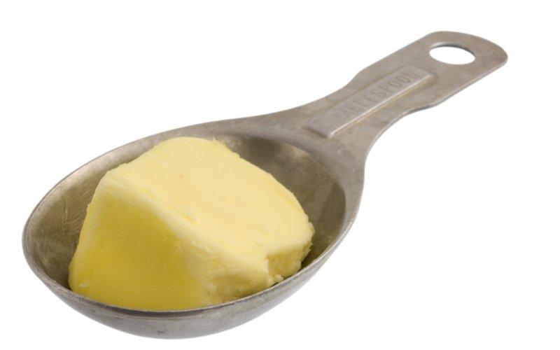 Váženie bez váhy - maslo v odmernej lyžici