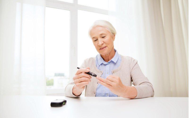 Staršia pani si meria hladinu glukózy