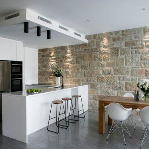 Moderná biela kuchyňa s obkladom na stene