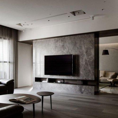 Obývačka s televízorom na stene