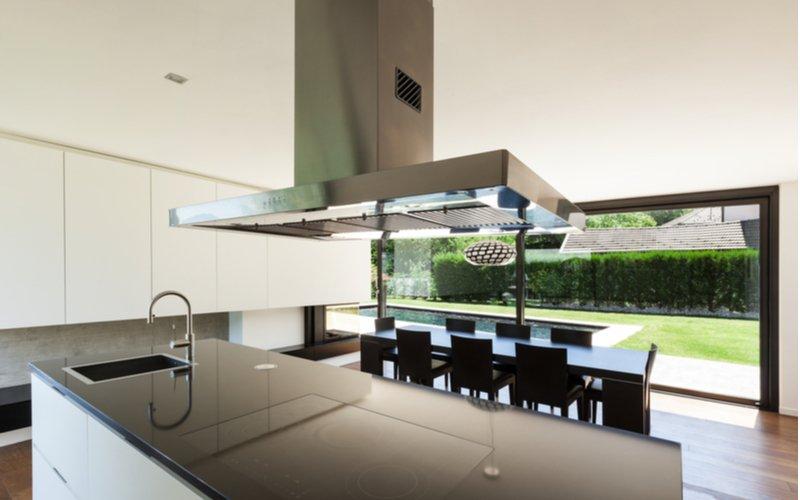 Ostrovčekový digestor v kuchyni