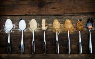 Váženie bez váhy - rôzne druhy cukrov na lyžičkách
