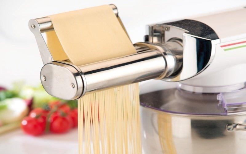 Výrobca domácich rezancov pomocou kuchynského robota