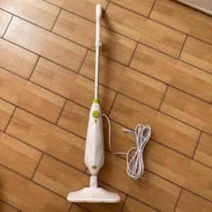 Biely parný čistič s prívodným káblom