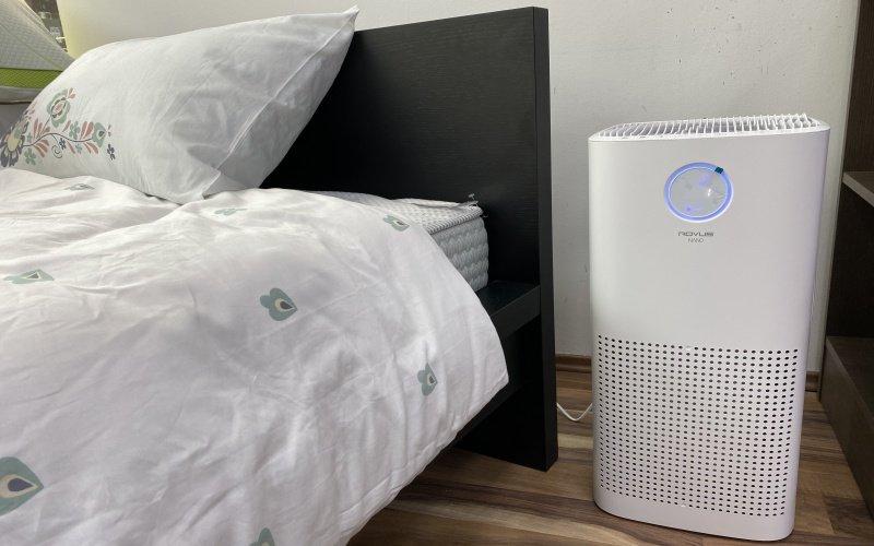 Čistička vzduchu vedľa postele