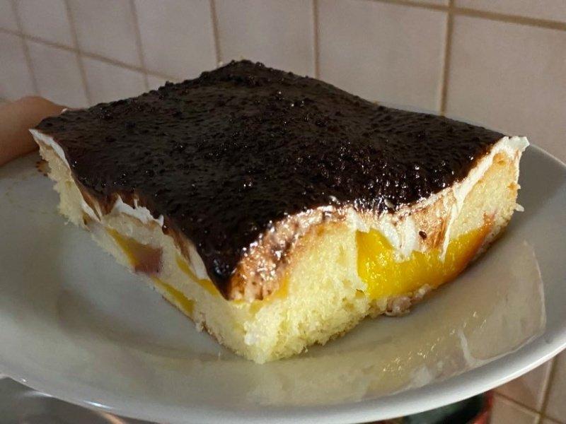 koláč s broskyňami a pudingom